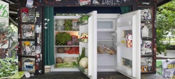 在德國的街頭上,你會看到一個大冰箱,可裡面有蔬菜或麵包。這是「公共冰箱」,你拿了一塊麵包充饑,而這塊麵包本來很可能直接被丟到垃圾桶,卻因為「公共冰箱」而沒有白白浪費掉。(圖擷取自This Big City)