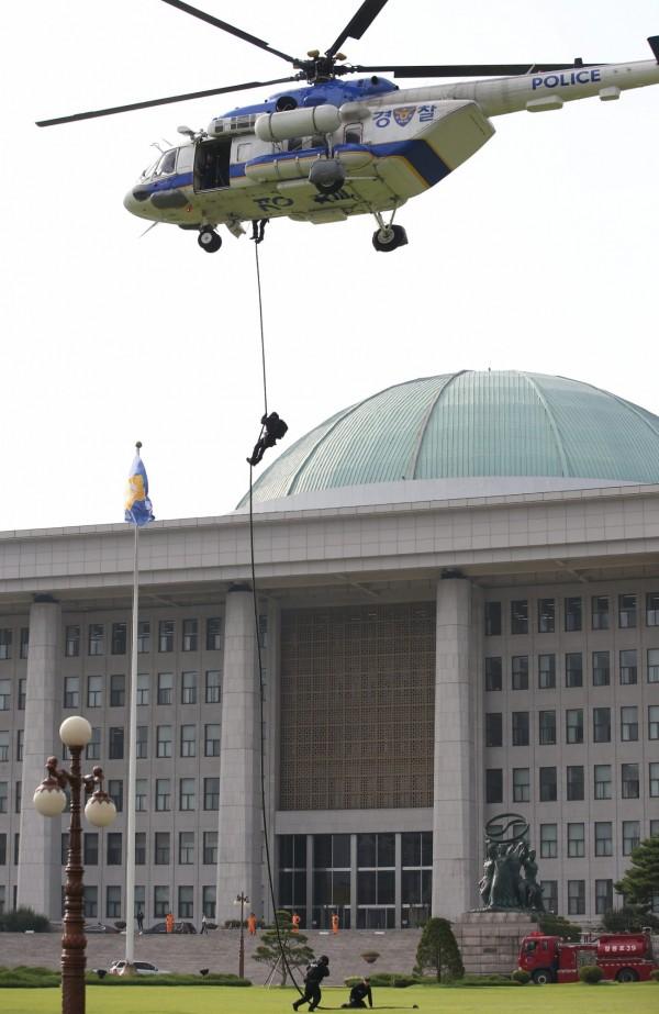 南韓及美國昨日展開為期12天的聯合軍演,圖為突擊隊在國民大會前從直升機進行垂降。(歐新社)
