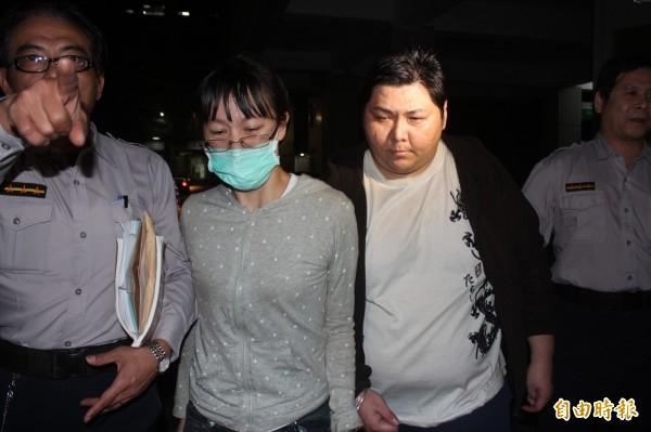 男子蘇建華(右二)自稱「龍王」,與妻許雅筑(左二)涉詐騙、恐嚇、猥褻女信徒。(資料照,記者陳慰慈攝)