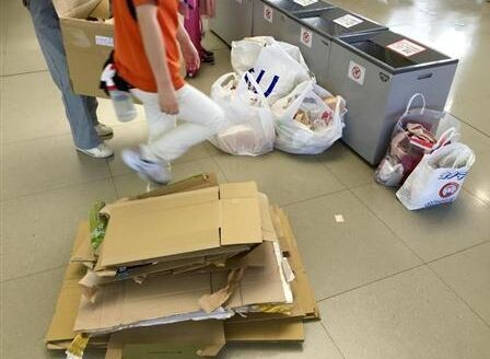 中國遊客熱愛「爆買」,遺留許多垃圾在日本機場,讓清潔人員很困擾。(圖擷自網路)