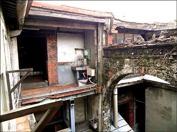 歷史建築十宜樓在風災過後,隔扇窗板都吹垮了。(莊研育提供)