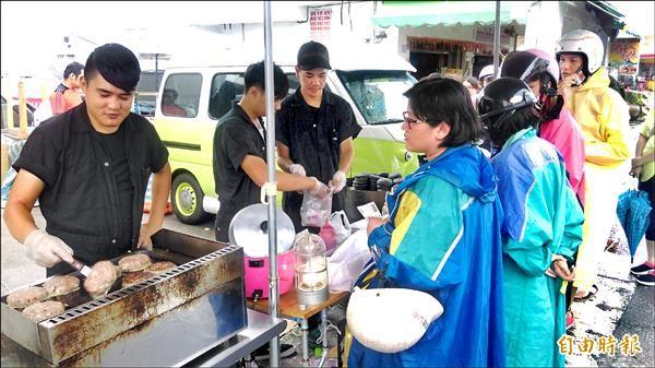 「胖卡」環島賣漢堡行程抵最終站,台東人熱情冒雨嘗鮮傳愛。(記者陳賢義攝)