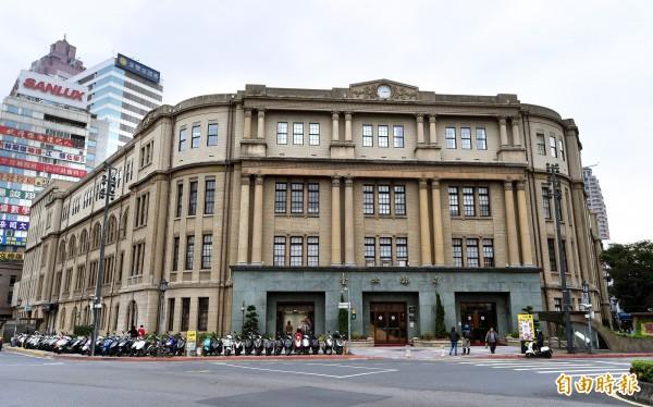 台北郵局將一樓改建成大理石門,而一直以來北市府文資委員的說法,都是表示「原拱廊位置與地下道出口衝突而無法復原」。(資料照,記者方賓照攝)