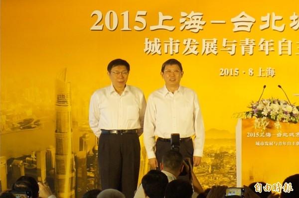 柯文哲(左)致詞時曾提到「兩岸一家親」,被質疑與楊雄(右)的「九二共識」相呼應,柯文哲表示,他不覺得自己失言,他從頭到尾的論述都一樣,不會因為去了中國就改變立場(資料照,記者涂鉅旻攝)