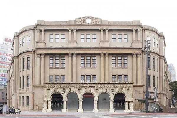 「歪腰郵筒」一度要搬遷至台北郵局前廣場,有文史工作者表示,該郵局以前有著漂亮的「五連圓拱廊」,至今該歷史景觀卻遲遲未復原,令人惋惜。(圖取自凌宗魁臉書)