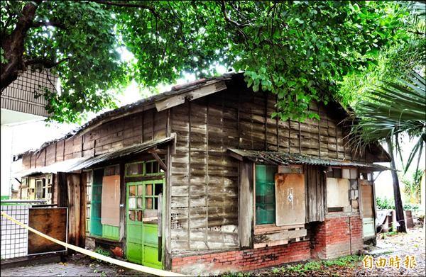 後龍國小校長發起搶救僅存的日式木造教師宿舍,縣府文資審議委員會通過登錄為歷史建築。(記者彭健禮攝)