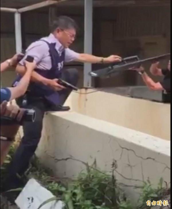 溪湖警分局偵查隊長詹廷育率隊持槍在大樓頂追緝歹徒。(記者湯世名攝)