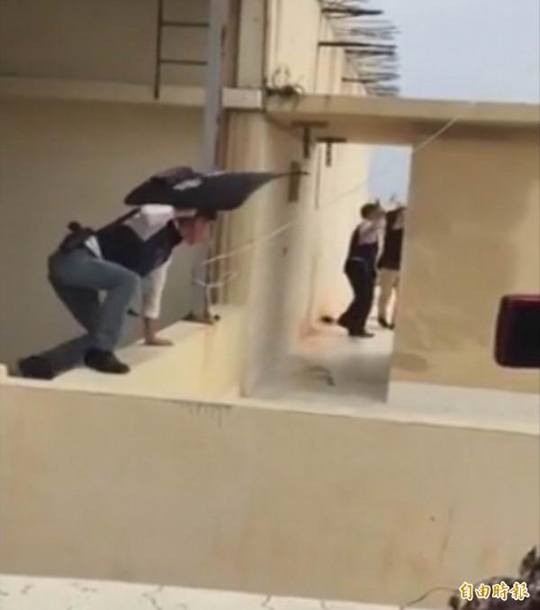 溪湖警分局大批員警持槍在大樓頂追緝歹徒。(記者湯世名攝)