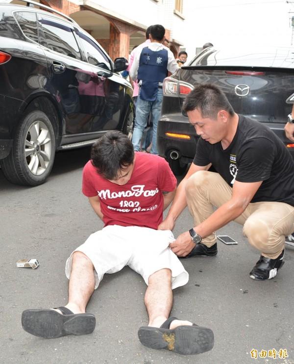 溪湖警分局員警當街逮捕張姓毒販。(記者湯世名攝)