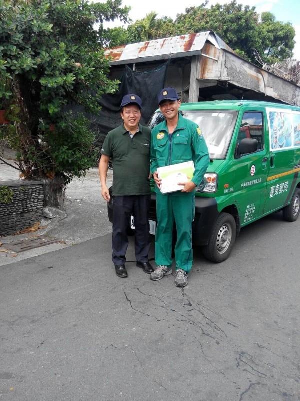 中華郵政董事翁文祺(左)早上隨台東郵差,開郵務車送包裹,體驗一日郵差,遭基層郵差酸「天子出巡」,連制服都沒穿。(中華郵政提供)
