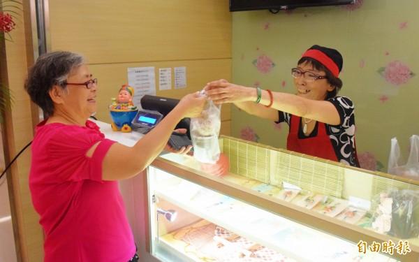 亞東醫院成立淑宜的幸福小棧,提供癌症病友工作機會。(記者陳韋宗攝)