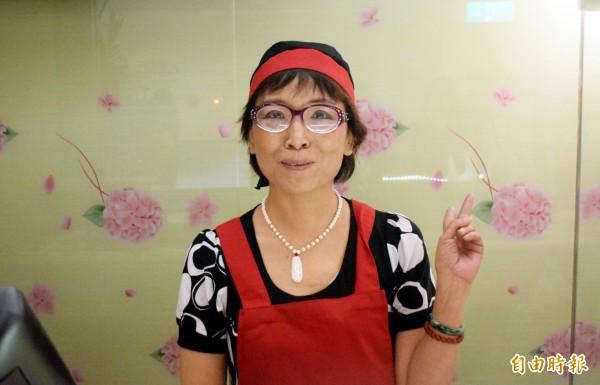 亞東醫院成立淑宜的幸福小棧,提供癌症病友工作機會,罹癌九年的蔡媽媽(見圖)分享經驗。(記者陳韋宗攝)