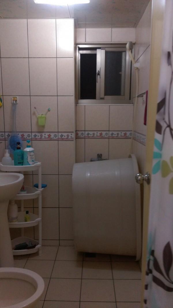 林女一開浴室門,就和偷窺者四目相對。(記者林良昇翻攝)