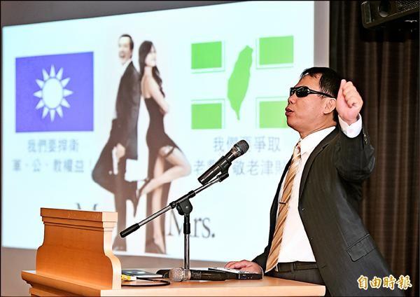 社會福利黨昨日舉行建黨記者會,黨主席鄭龍水在會中發表演說,宣示拋棄藍綠、以社會福利為訴求的新政黨正式成立。(記者廖振輝攝)