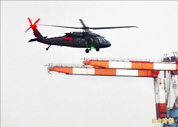 我向美軍購60架黑鷹直升機,將有15架轉撥空勤總隊用於救災勤務。近日驚傳美方送來的兩年份航材備料大量出錯,空勤總隊已透過軍方向美方要求退換貨。圖為去年12月,首批4架黑鷹運抵高雄港,立即卸貨、組裝,並在港區試飛後,隨即飛回台南歸仁基地。 (資料照,記者張忠義攝)