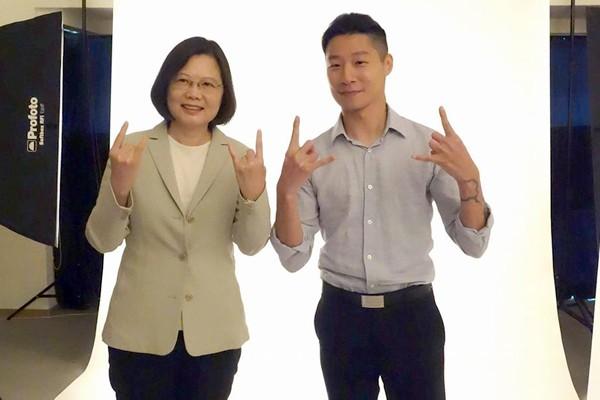 林昶佐與民進黨主席蔡英文,拍攝競選宣傳照。(圖取自Freddy Lim 林昶佐臉書)