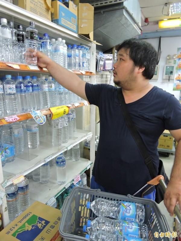 台北市政府,訂好新的供水SOP,只要原水濁度達到12000度就停止供水,官員保證,不會重現上次蘇迪勒颱風過後讓民眾喝濁水的情況。(因水質濁度高,民眾到賣場採購礦泉水,資料照,記者賴筱桐攝)