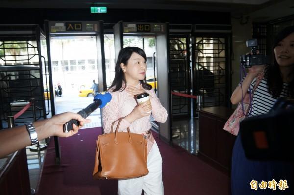台北地檢署今傳喚周玉蔻出庭,她表示:「他們莫名其妙亂告人,浪費司法資源,我對司法有信心。」隨即上樓開庭。(記者錢利忠攝)