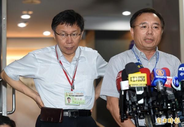 台北市長柯文哲(左)與自來水事業處長陳錦祥(右)接受訪問。(資料照,記者簡榮豐攝)