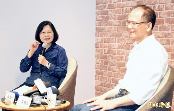 游錫堃(圖右)提醒黨內同志,「滿與驕是兵家大忌」。(資料照,記者陳韋宗攝)