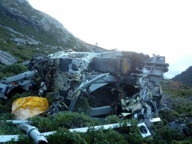 中興航空運補直升機在玉山北峰發生墜機意外,機身扭曲變形。(玉管處提供,記者謝介裕翻攝)