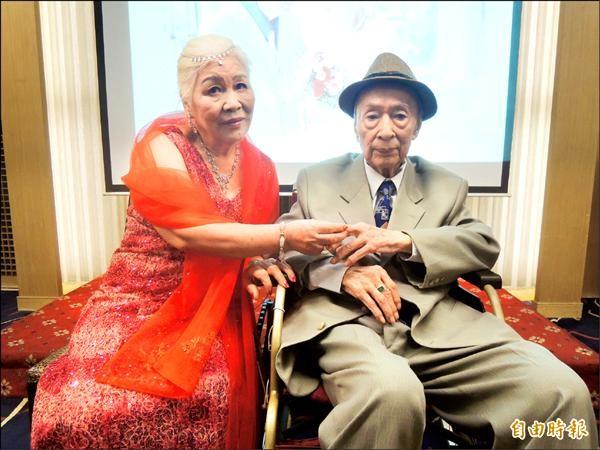 遲了一甲子的婚禮,九十四歲阿公施再發與八十歲阿嬤王碧,在七夕情人節舉辦婚禮,也一圓兩人的婚宴夢想。(記者洪美秀攝)