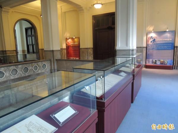 司法院「司法文化走廊」展覽日治時期原住民法律史料。(記者項程鎮攝)