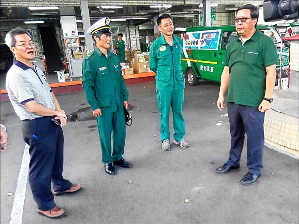 中華郵政董座翁文祺被立委罰去體驗一日郵差,卻坐郵務車、穿POLO衫,被基層譏「天子出巡」。(中華郵政提供)