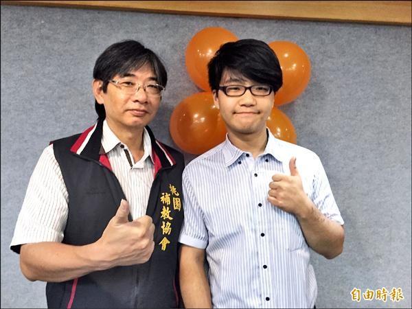 姜天倫(右)今年考上國立科技大學,他特別感謝補習班副總班主任榮春霖(左)對他的幫助。(記者林近攝)