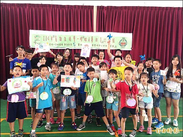 苗栗家扶中心13名家扶青年擔任暑假生活營營隊小隊長,設計知識性及趣味性活動,帶領21名國小家扶學童歡度暑假。(記者彭健禮攝)
