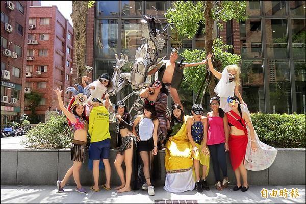 夢想社區文教發展基金會邀集亞洲熱愛藝術青年,月底將前往美國參加火人節;圖為成員的造型與一旁會噴火的龍。(記者俞肇福攝)