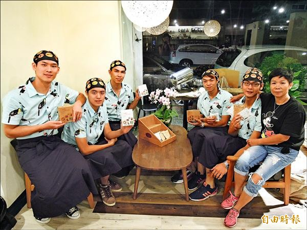 五個大男生創業開咖啡店,並希望藉此鼓勵打手球的學弟,可到店內實習,打手球同時生活還是可以照過。(記者梁珮綺攝)