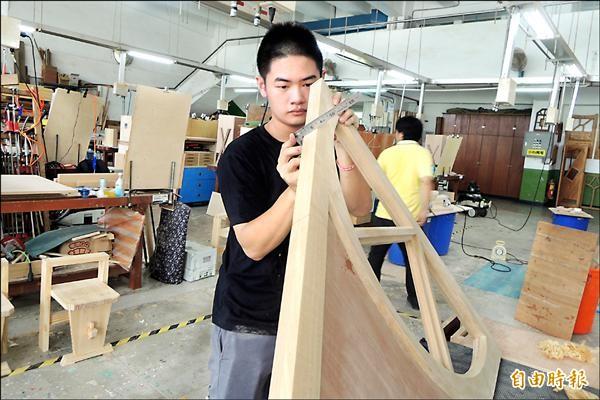 蘇學羿在木工領域找到自己的天地,未來希望創造自己的品牌。(記者劉婉君攝)