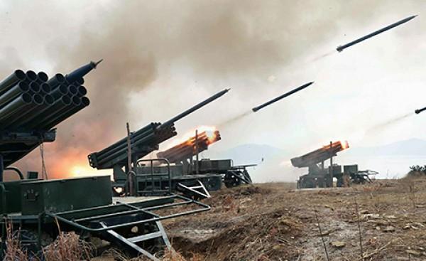 在被控埋設地雷炸傷南韓士兵後,北韓昨午後疑似因不滿南韓在邊界進行心戰廣播,突然向南韓發射砲彈,韓軍隨即以數十發砲彈還擊。(路透)