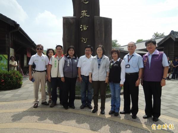 民進黨總統參選人蔡英文(右四)上午到嘉市檜意森活村參訪。(記者丁偉杰攝)