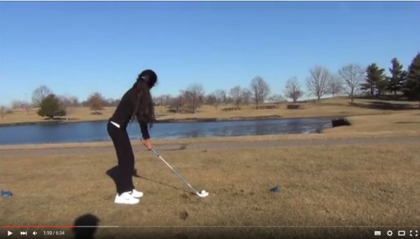 美國一名父親承諾女兒,高爾夫若是一桿進洞就送她一隻小狗。(圖擷取自YouTube)