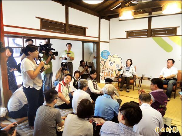 民進黨總統參選人蔡英文昨天由立委李俊俋陪同與嘉義在地青年座談。(記者丁偉杰攝)