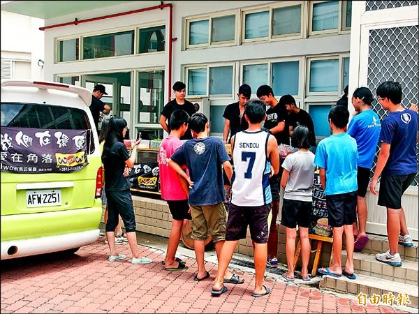 陳韋強等4人開胖卡環島義賣漢堡3個月,最後一天到台東阿尼色弗兒童之家,教院生做漢堡。(記者王秀亭攝)