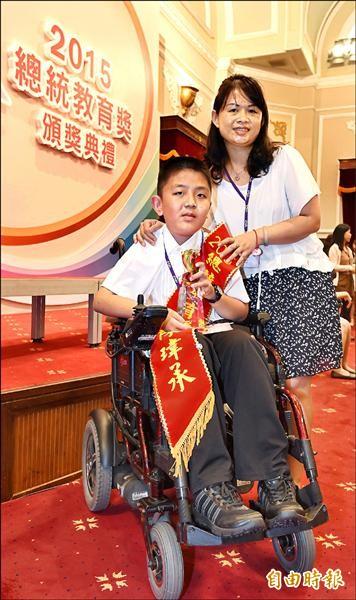 總統教育獎得獎者,國小組陳瑋承表示最捨不得媽媽。(記者劉信德攝)