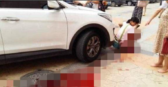 鄭州市一名女親帶著兩歲兒子出外逛街,因為母親忙著玩手機,沒注意到男童跑走,男童被一台休旅車撞倒,他的頭被休旅車輾爆,當場死亡。(圖擷取自東網)