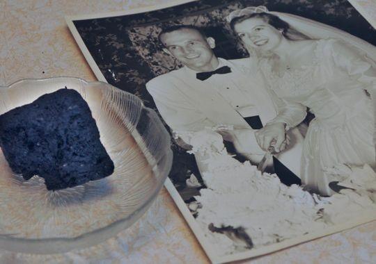 兩人的結婚蛋糕和結婚照。(圖擷取自《今日美國》)