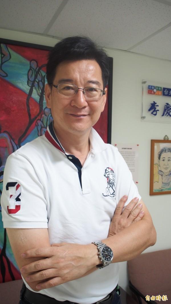 李慶元上午召開記者會宣布參選立委選舉,柯文哲送上4字「勇者無懼」的匾額。(資料照,記者蔡亞樺攝)