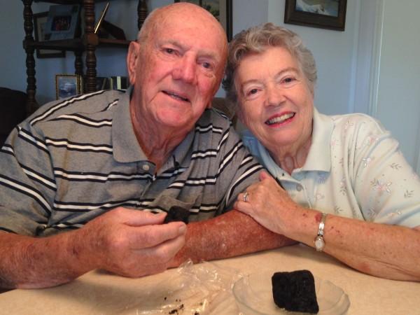 美國一對八旬夫婦結婚60年,吃下結婚當年的「陳年蛋糕」慶祝。(圖擷取自《今日美國》)