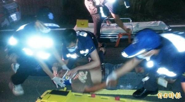 童姓哥哥騎機車撞到行人,童姓弟弟也摔落在地受重傷,消防隊人員將其送醫搶救。(記者余雪蘭攝)