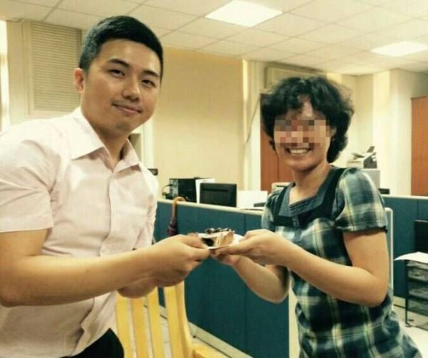 新竹縣竹北分局巡官甘博倫(左)協助受創印尼籍看護艾妮(右)走出陰霾,艾妮特地帶著蛋糕到分局與甘員慶祝重生,感謝其救命之恩。(記者廖雪茹翻攝)