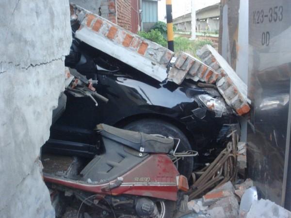 休旅車從鐵門進入,再撞破後方的水泥牆(記者葉永騫翻攝)