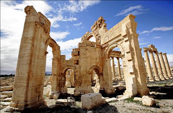 敘利亞千年古城帕米拉的世界遺產「巴爾夏明神廟」,二十三日遭「伊斯蘭國」炸毀。圖為去年三月尚未被IS破壞的巴爾夏明神廟部分建築。(法新社檔案照)