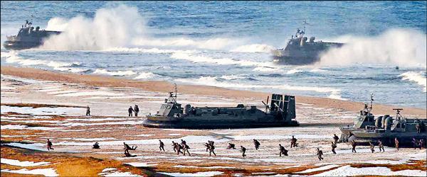 兩韓馬拉松談判期間,傳北韓將20多艘氣墊艇調往朝鮮半島西部鄰近兩韓海上邊界處。圖為北韓官方中央通信社2013年3月發佈兩棲登陸演習照片。(歐新社)