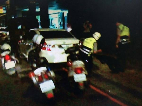 警方正搜查陳某車輛。(記者徐聖倫翻攝)