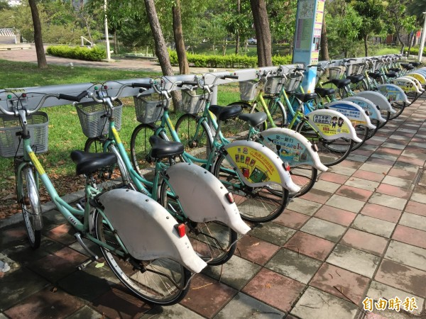 高雄小綠CityBike成為最夯的環保大眾運具,已成為外國遊客遊高市觀光景點民休閒必騎。(記者黃良傑攝)